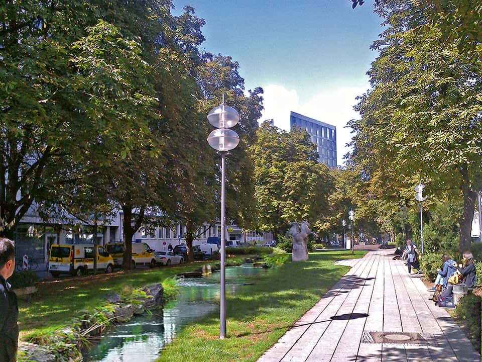 Ansicht der Herzog-Wilhelm-Straße in München mit Bach