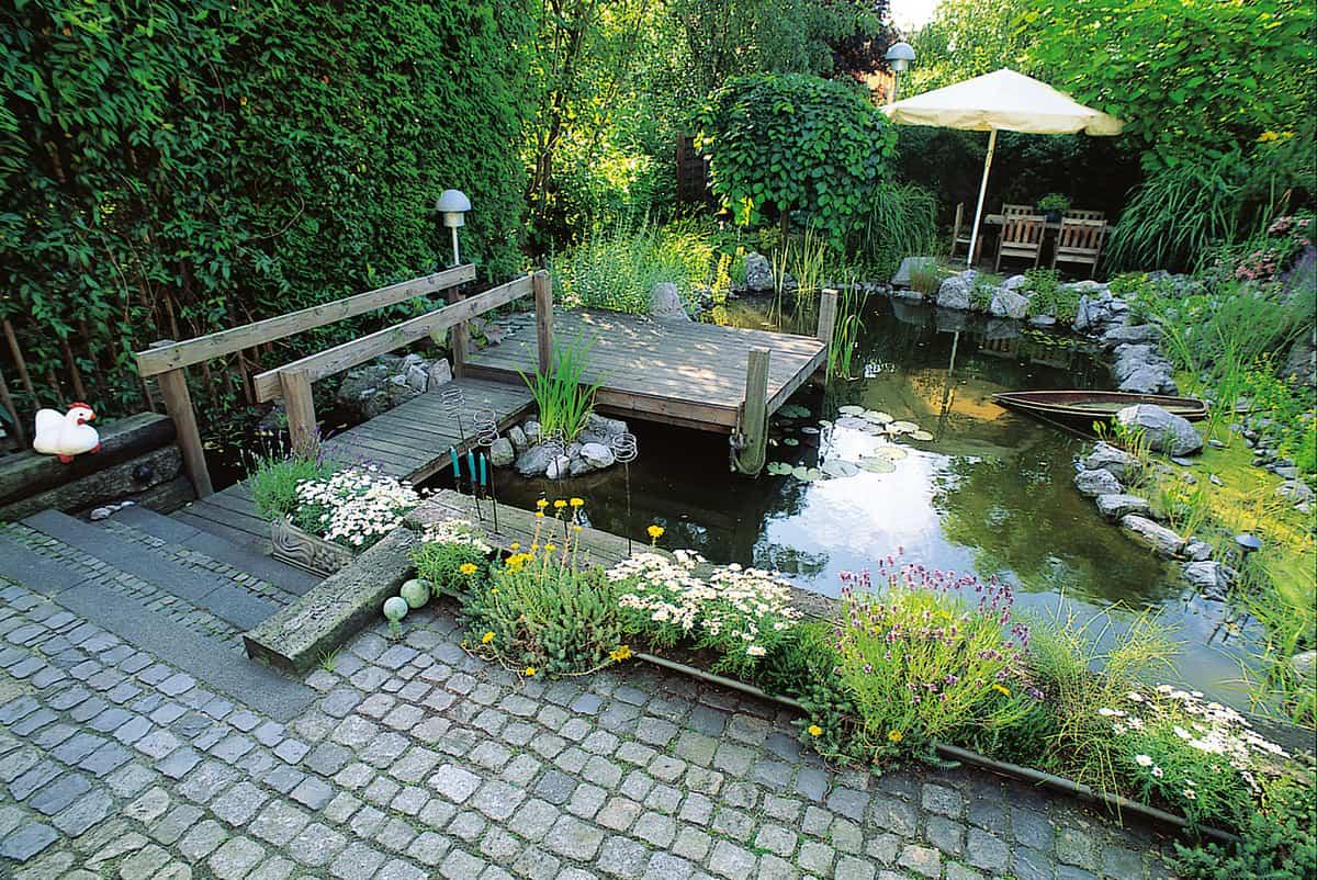 Kleiner Garten mit Teich