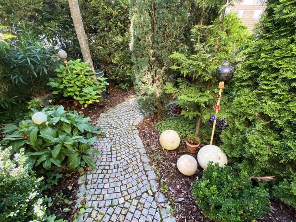 Optische Tiefe im Rehenhausgarten mit einem geschwungenen Weg erzeugen