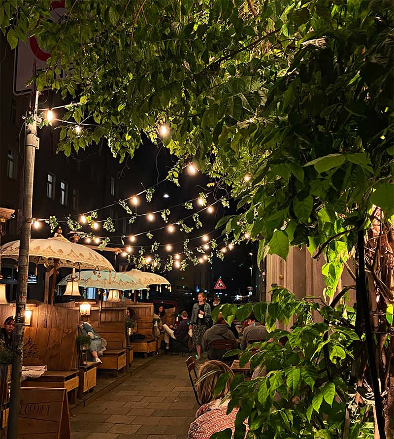Café Lozzi bei Nacht