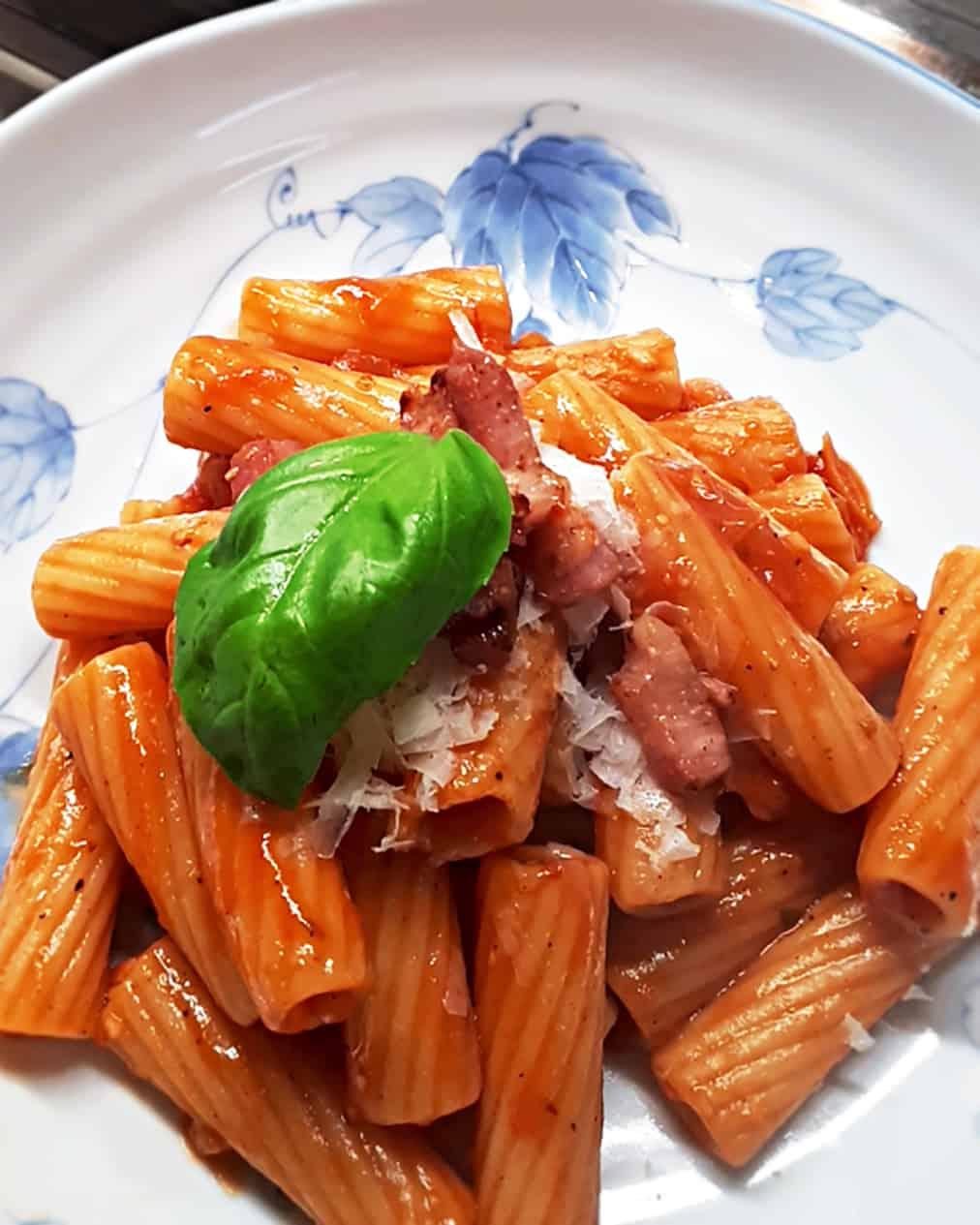 Tortiglioni pikante Tomatensauce mit Speck